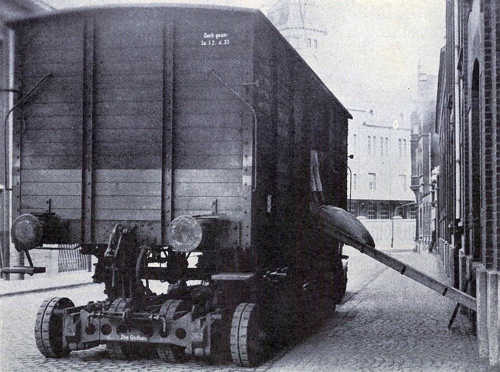 Entladen von Kaffeesäcken aus einem auf dem Straßenfahrzeug stehenden G-Wagen mittels Rutschen in die Lagerkeller der Fa. Kaisers Kaffeegeschäft, Viersen