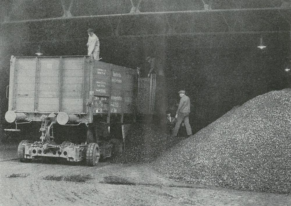 Entladung eines 20-t-Wagens im Kohlenschuppen der Firma Kaiser in Viersen