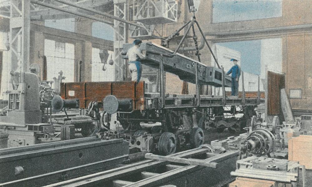 Beladung eines Güterwaggons auf einem Straßenfahrzeug